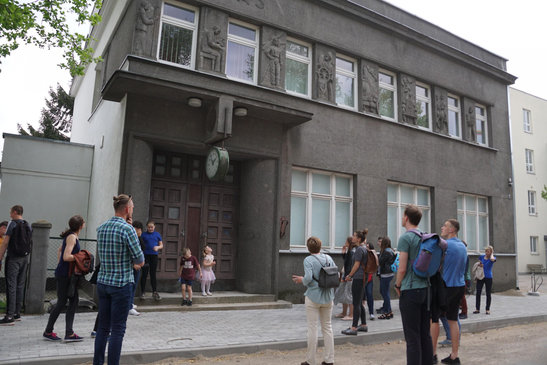 Ekskursijos dalyviai prie Raseinių senojo pašto pastato uai 2880x1920 1