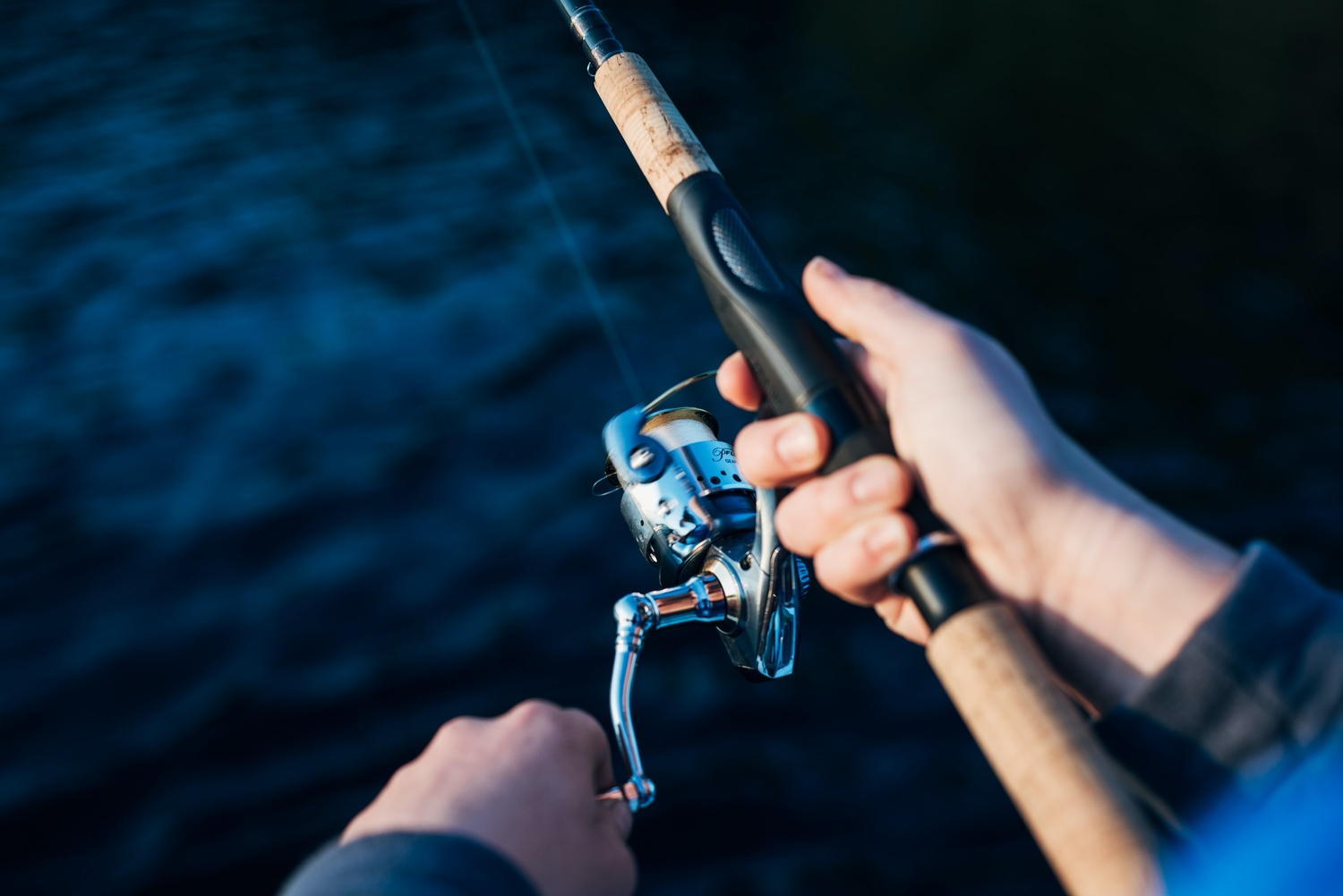 rsz photo of person holding fishing rod 2473502